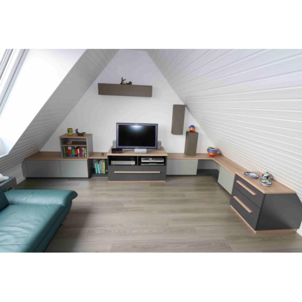 TV-Schrankanlage in der Dachschräge