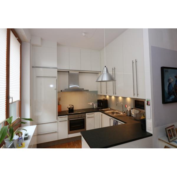 Küche mit hohen Hängeschränken