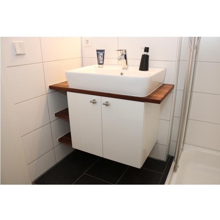 Waschtischunterschrank mit Nußbaum und hochglanz weiss