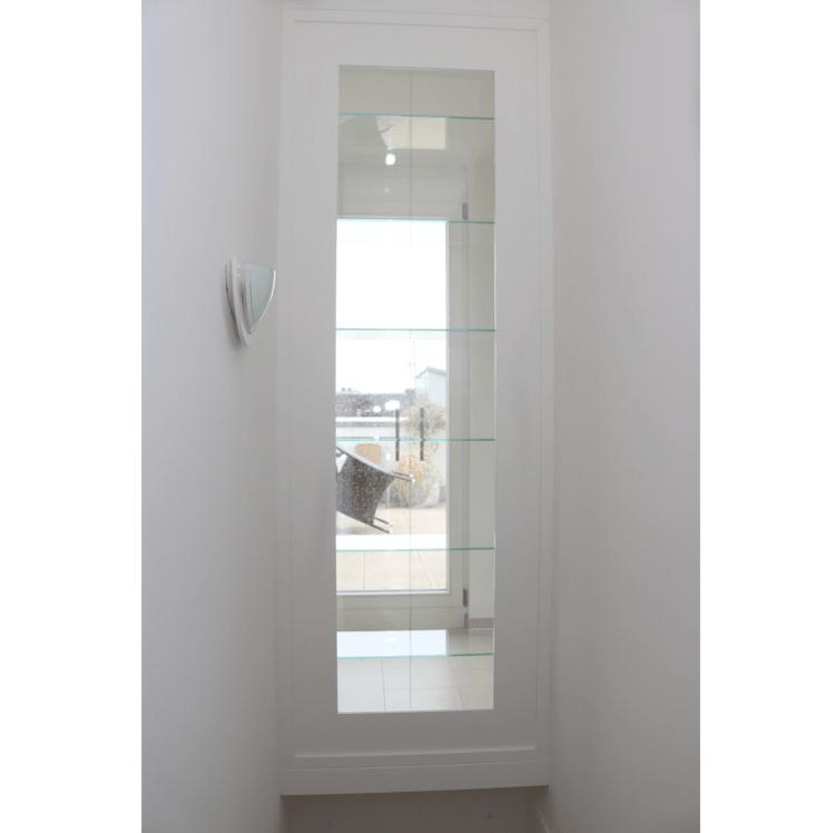 Glasvitrine im Treppenloch von der Treppe aus gesehen
