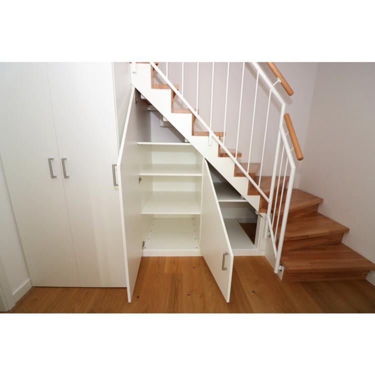 Schrank unter einer Treppe