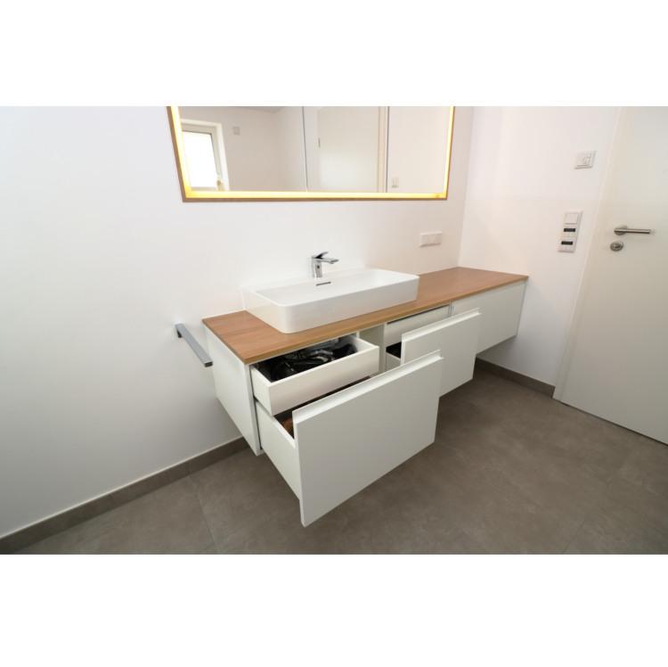 Waschbeckenunterschrank mit Stauraum in Schubladen