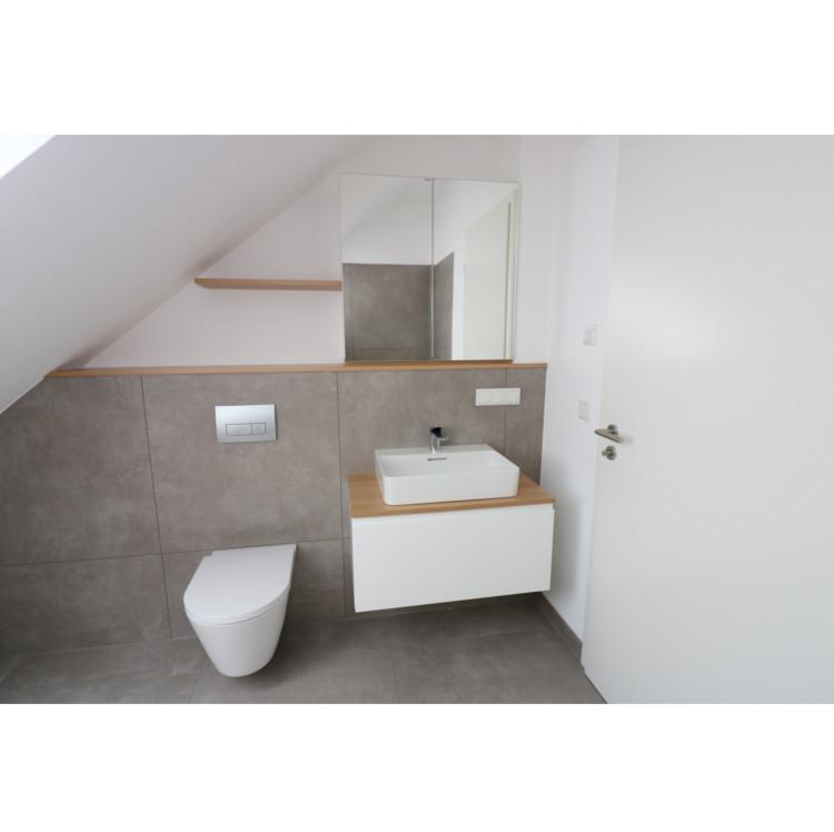 Waschbeckenunterschrank mit Spiegelschrank und Ablagen in Eiche und Lack weiss