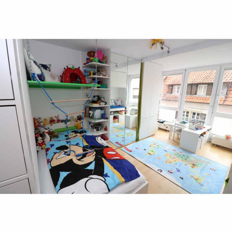 Einbaumöbel im Kinderzimmer mit Spielplatte über Bett