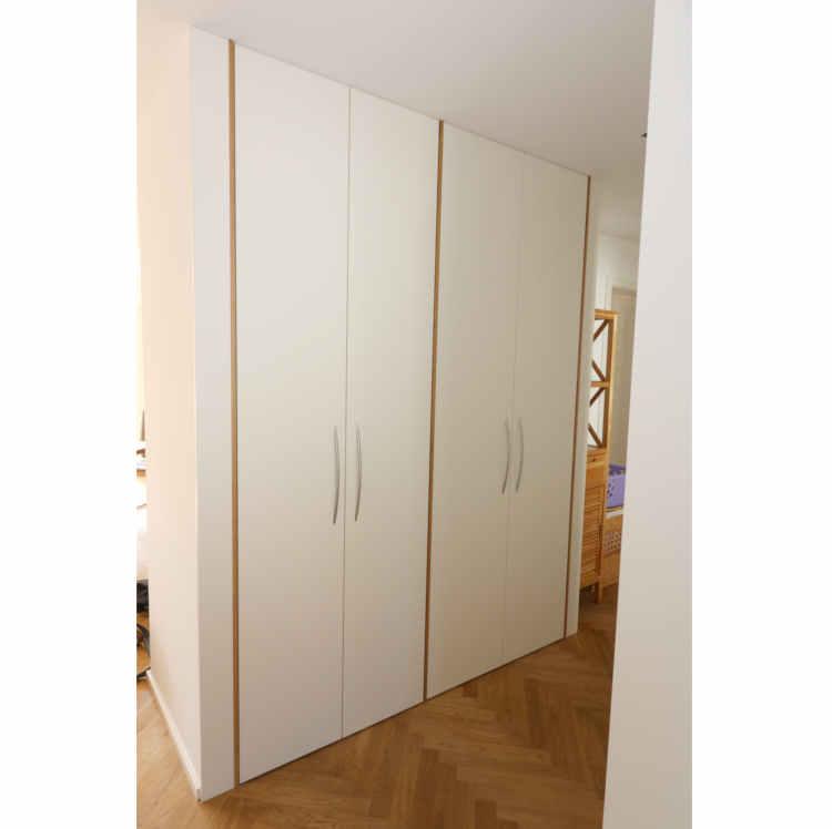 Garderobenschrank in der Nische