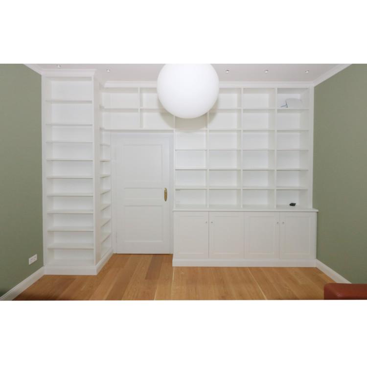 Bücherwand mit Schornstein- Umbauung