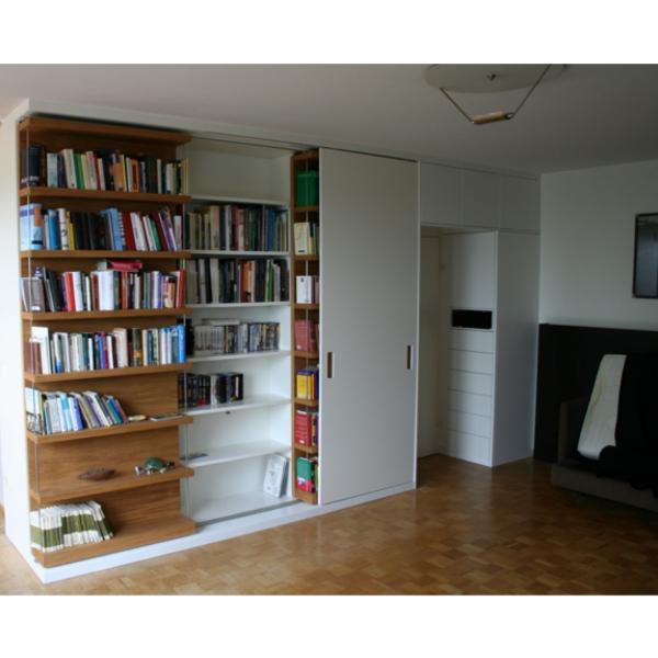 Bücherwand mit fahrbaren Regalen