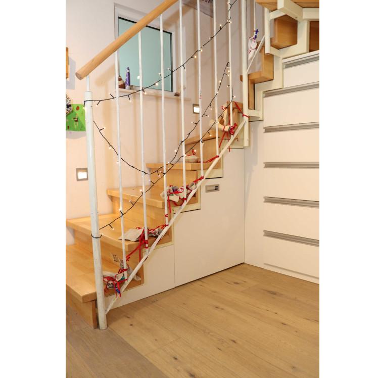 Große Schubladen unter der Treppe